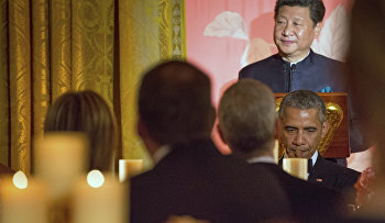 Chinese President Xi Jinping, accompanied by President Barack Obama, delivers a toast during a State Dinner